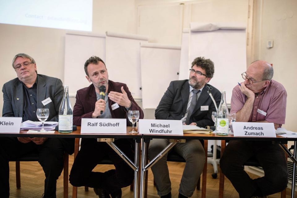 Experten aus der Wissenschaft und von Hilfsorganisationen diskutieren auf der Podiumsdiskussion